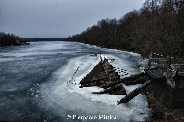 molo affondato nel porto fluviale di Chernobyl