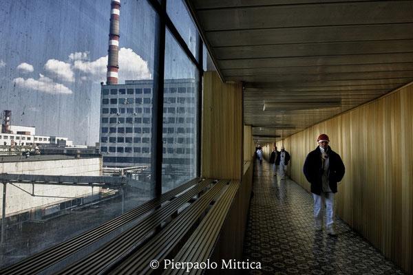 Lavoratori all'interno del corridoio d'oro, tra il reattore numero 2 e 3. Questo corridoio è stato soprannominato il corridoio d'oro per il rivestimento che è stato fatto dopo l'incidente. Infatti questo corridoio è stato gravemente contaminato
