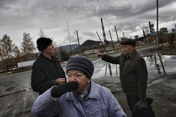 Karabash inhabitants: Tatiana is explaining the impossibility to breathe when the copper smelting plant is operating