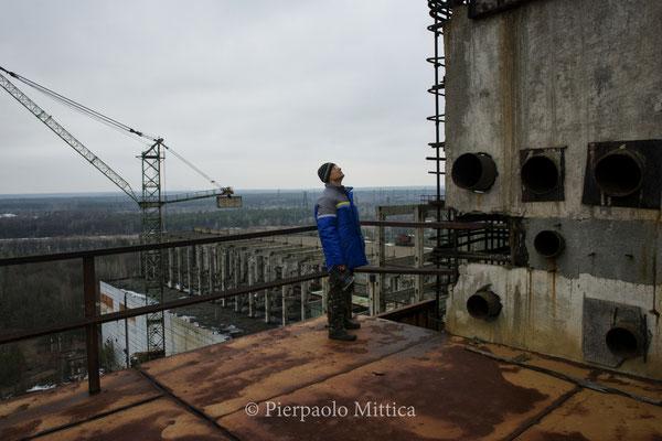 Victor mentre ispeziona il reattore numero 5 per catalogare i metalli da riciclare