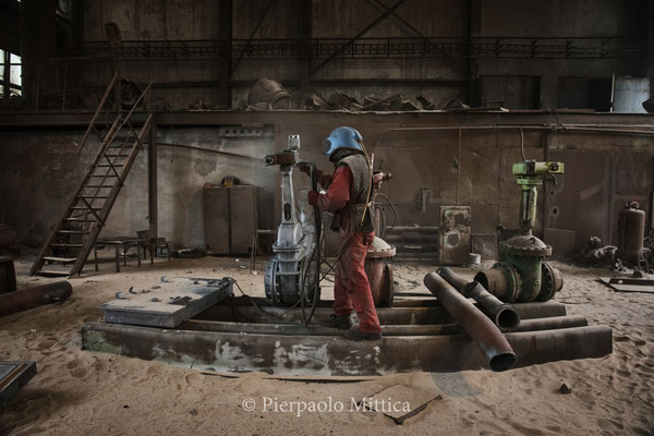 Trassar mentre pulisce i metalli contaminati con il processo della sabbiatura
