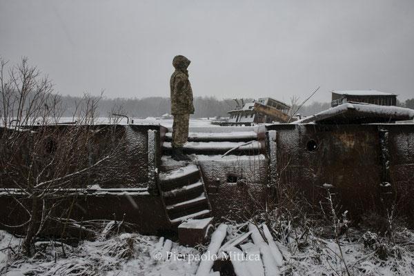 Alla ricerca di metalli da riciclare nel porto di Chernobyl