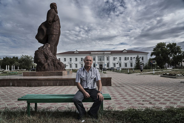 Juri Berezuev, a liquidator of Chernobyl, in the town of Kurchatov under the shadow of the monument to Kurchatov, The soviet Physicist who created the first soviet atomic bomb.