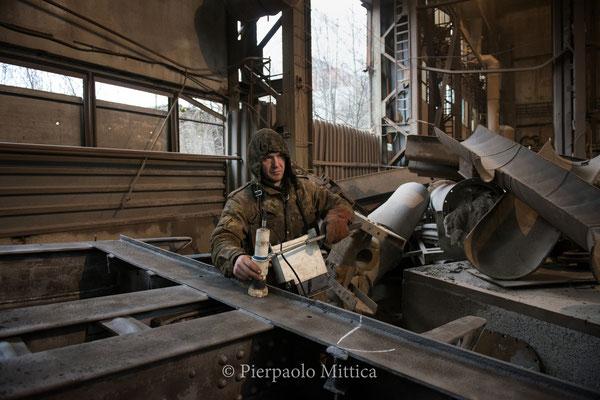 Yuriy mentre controlla il livello di contaminazione del metallo dopo la sabbiatura