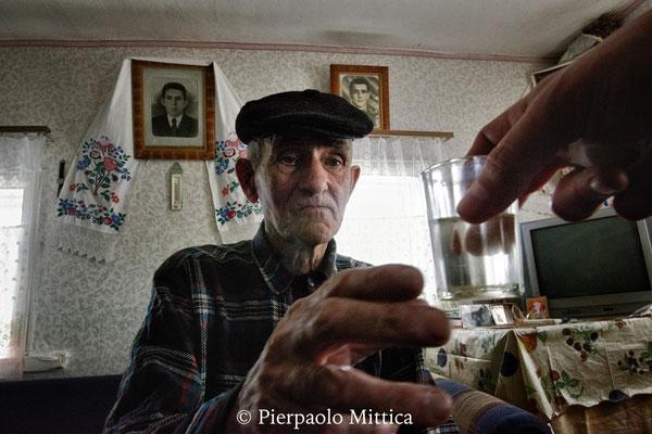 Ivan, 78 anni mentre beve la vodka fatta in casa. Ivan vive nel villaggio di Kupovate con la moglie Maria. Nel villaggio oggi ci sono 8 persone, il legame tra loro è molto forte e si sostengono e si aiutano a vicenda