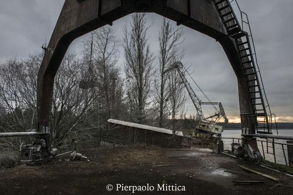 Gru abbandonate del porto fluviale di Chernobyl