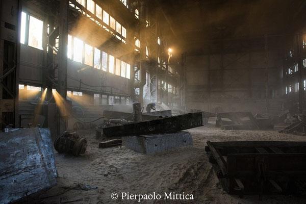 l'hangar dove i metalli raccolti nella zona di esclusione vengono puliti dalle particelle radioattive e riciclati
