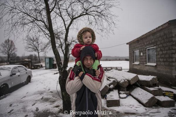 Valeri, 16 anni con sua sorella Victoria, 3 anni, vivono a Kovalivka, un villaggio contaminato situato a 5 km dalla zona di esclusione di Chernobyl