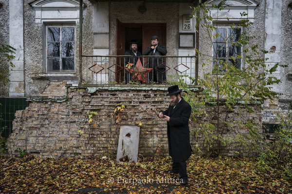 Jews in front of the Chernobyl synagogue.