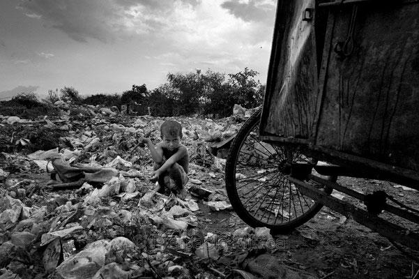 Tokai collecting garbage, Demra Matoel dump, Dhaka