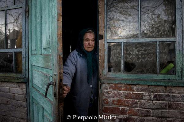 Maria nella sua casa nel villaggio di Paryshev dove vive con il marito Ivan, zona di esclusione di Chernobyl
