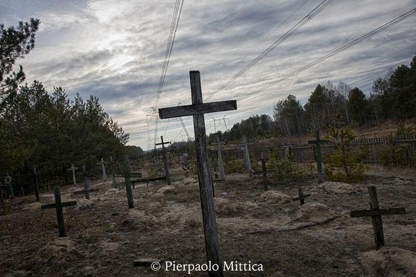 il cimitero all'interno della zona di esclusione dove molti coloni sono stati sepolti in questi anni. Infatti molti anziani hanno deciso di essere sepolti nella zona di esclusione, nei villaggi in cui sono nati e vissuti tutta la vita