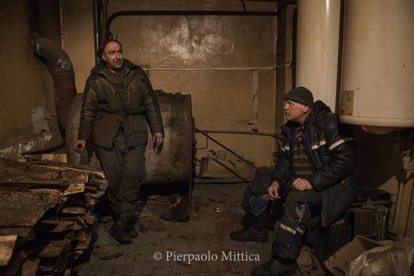 Pavel e Sasha mentre si riposano e si scaldano durante una pausa di lavoro