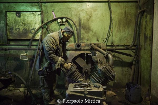 Pasha mentre riparara un motore utilizzato per la ventilazione forzata nell'hangar per il riciclaggio dei metalli radioattivi