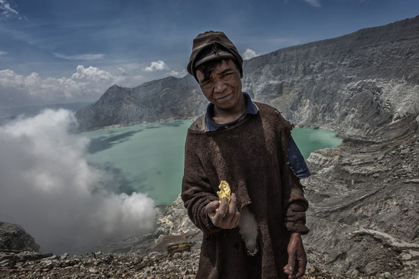 Misnamo with a small chunk of sulfur, he stays longer than average carriers on the site. Kawah Ijen means a home to him.