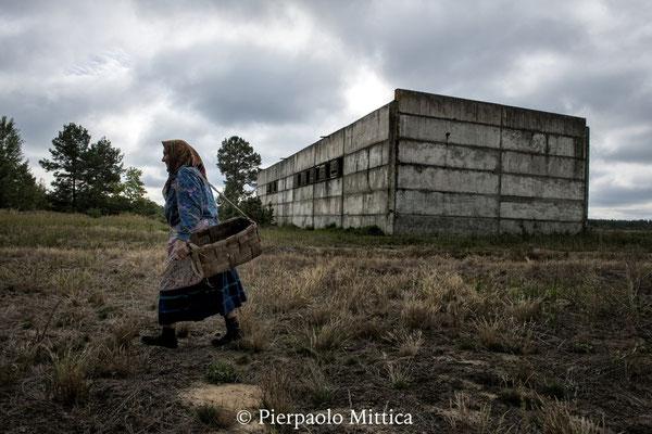 Hanna mentre raccoglie funghi nel bosco all'interno della zona di esclusione, villaggio di Kupovate