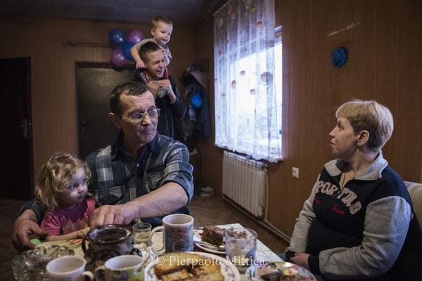 Victor con la sua fammiglia nella sua casa a Kovalinka