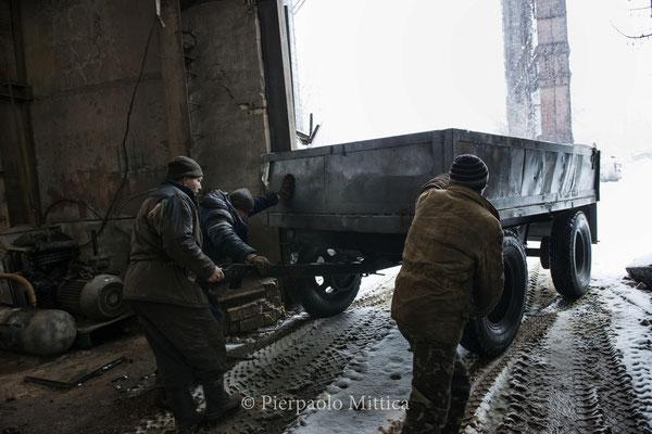 riciclatori durante il lavoro all'interno del magazzino dove vengono riciclati i metalli radioattivi