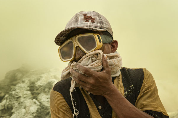 Sariman , lives in Songgon. He can stay under heavy sulfuric cloud for extended time by wearing only google – his only protection, But these provide little protection against harmful sulfur dioxide fumes