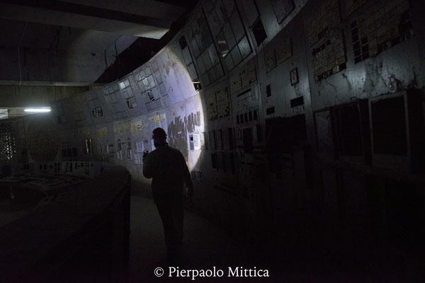 Un operaio all'interno della sala di controllo danneggiata del reattore numero 4. Qui tutto ebbe inizio. La sala di controllo del reattore quattro oggi è sepolta in un piccolo sarcofago di cemento e l'accesso è limitato ai soli lavoratori.