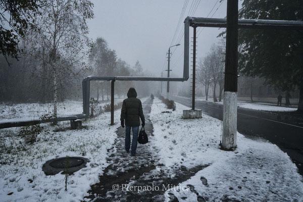 Lavoratore che rientra a casa a Chernobyl città