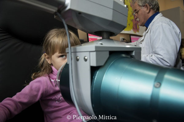 una bambina viene controllata con lo spettrofotometro per la contaminazione interna nell'ospedale locale in Ivankov. La provincia di Ivankov, al confine della zona di esclusione di Chernobyl, è molto contaminata.