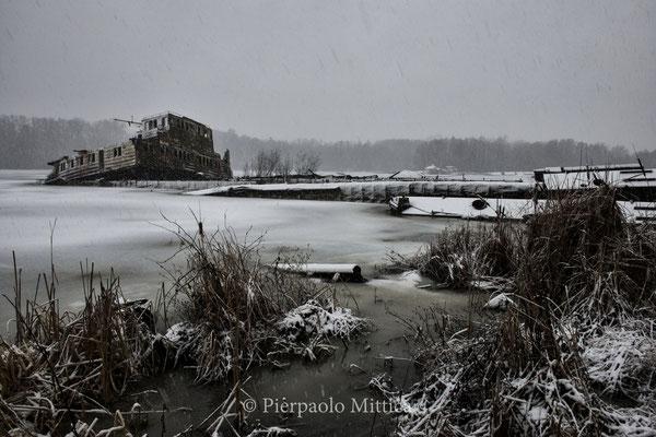 Il porto di Chernobyl con le navi semi affondate pronte per esser smantellate