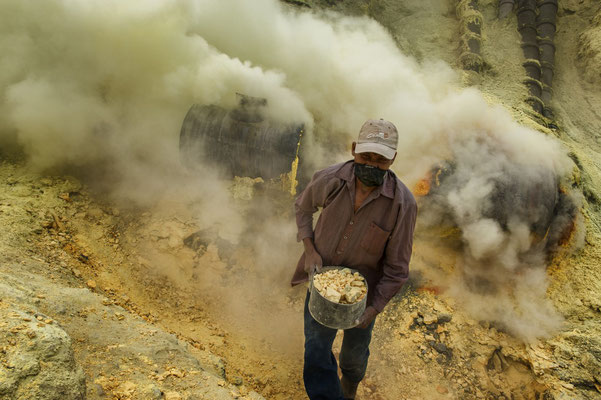 Buang , lives in Tlemung. Pile up gravel of sulfur into basket.