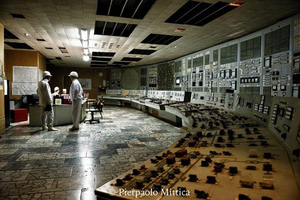 Lavoratori all'interno della sala di controllo del reattore numero 2. Nonostante i reattori siano stati chiusi nel 2000, tutto il personale deve continuare a lavorare fino al 2065, data di smantellamento dei reattori.