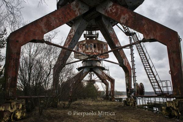 Le gru al porto commerciale abbandonato di Chernobyl, uno dei luoghi che presto verranno smantellati per riciclare i metalli
