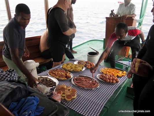 es gab leckeres zum Frühstück am Boot