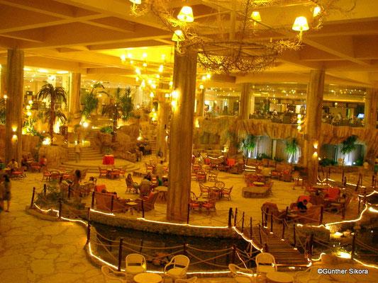 riesige Hotelhalle