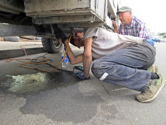 Halterung des Reservetanks nachschweissen am Strassenrand von Ulan Bator