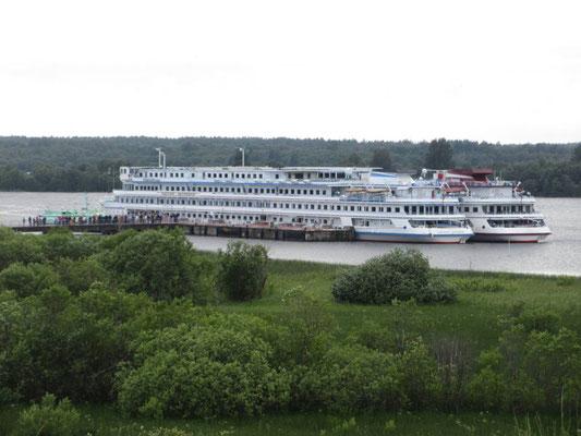 Zwei Kreuzfahrtschiffe von Moskau nach St. Peterburg machten auf Kischi halt