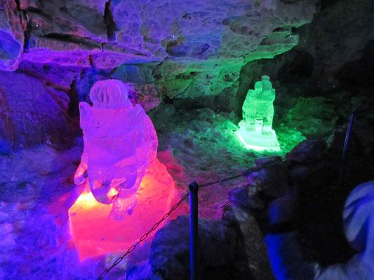 Beleuchtete Eisskulpturen in den Grotten von Kungur