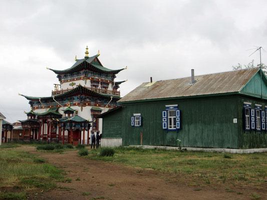 In der Tempelanlage von Ivolginskij hat es viele Wohnhäuser für Mönche