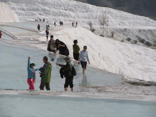 Das Wasser der Becken ist lauwarm, wir sind nicht die einzigen Touristen