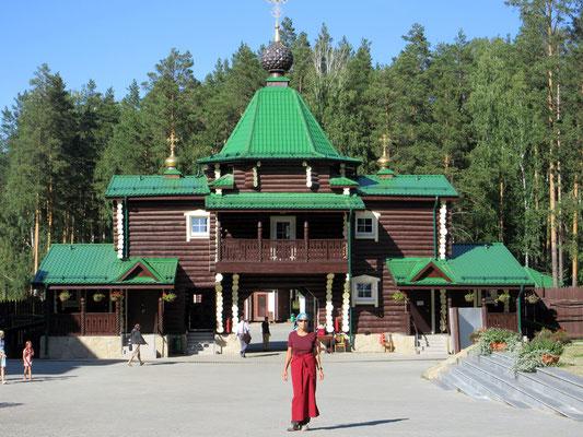 Ganina Jama wo die letzte russische Zarenfamilie ermordet wurde, Margrit darf nur mit Kopftuch und langem Rock hinein