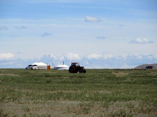 Die Nomaden wohnen noch in Jurten, mongolisch Ger, nutzen aber die Errungenschaften der Technik