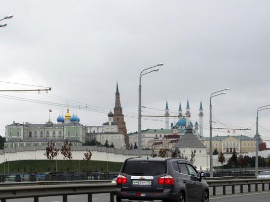 Im Kremel (festungsartig ausgebauter alter Stadtkern) von Kasan sind die Moschee und die Kirche beisammen, so lebt auch die Bevölkerung ohne Probleme zusammen, nach Aussagen eines Einheimischen