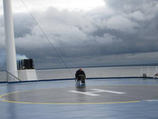 Peter kämpft auf dem Deck der Fähre gegen den Wind