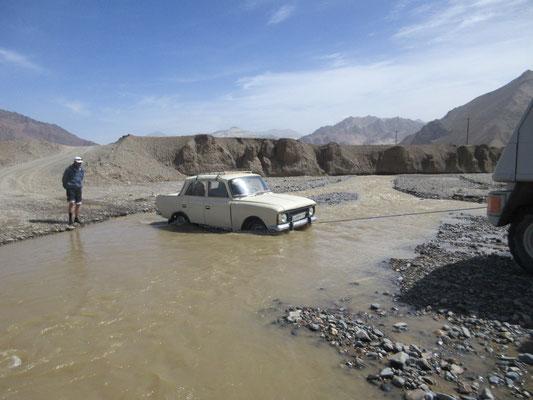 Jetzt können auch wir Einheimischen helfen, vor uns war ein Jeep da, doch der hatte kein Abschelppseil