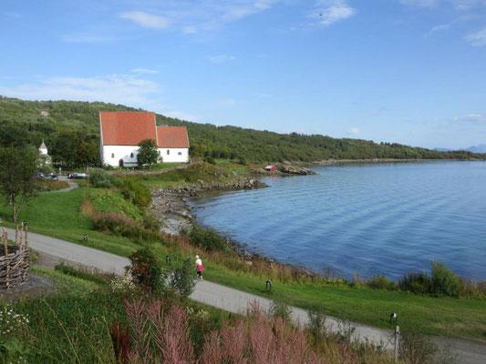 Die Trondenes Kirche von Harstad hat bis zu 2,5m dicke Mauern