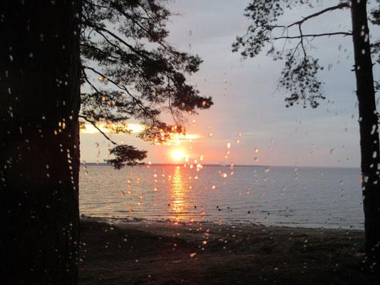 Sonnenuntergang, nach Regen, am Rybinskstausee. Aus unserer trockenen Wohnkabine