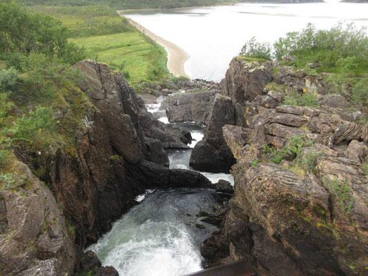 Wasserfall, der direkt ins Meer mündet