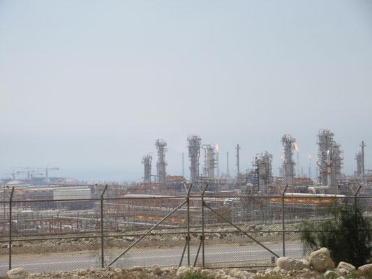 Am persischen Golf, Ölförderanlagen kilometerweit, entsprechend ist der Gestank