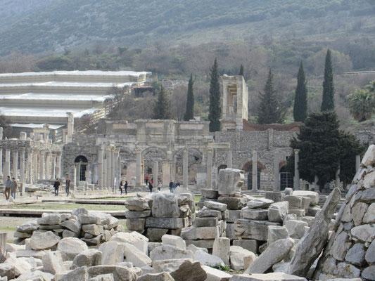 Ephesos, die antike Ausgrabungsstätte konnte mit dem Zusatzrad an Peters Rollstuhl besichtigt werden