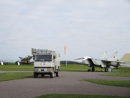 Weil es viele Stufen hat zum Eingang des Flugzeugmuseums, konnten wir ins Gelände fahren