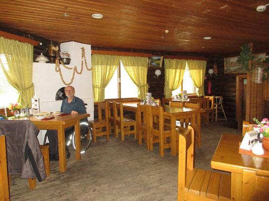 Gemütliche Ausstattung im Kaffee beim Skilift in Murmansk