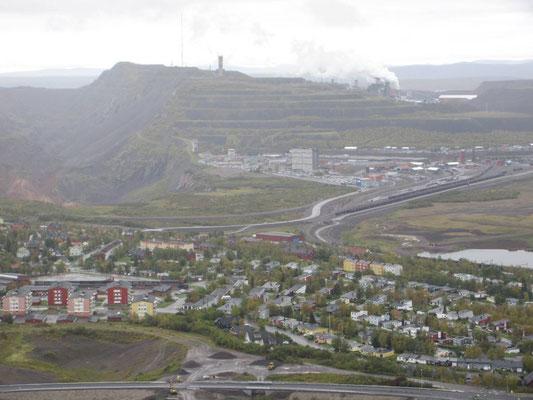 Kiruna in Schweden, 6000 Menschen werden wegen dem Bergbau in den nächsten 15 Jahren umgesiedelt. Die Pläne bestehen, es ist bereits mit dem Bau begonnen worden drei Kilometer östlich. Die Bergbaugesellschaft bezahlt die neuen Gebäude und die Planung